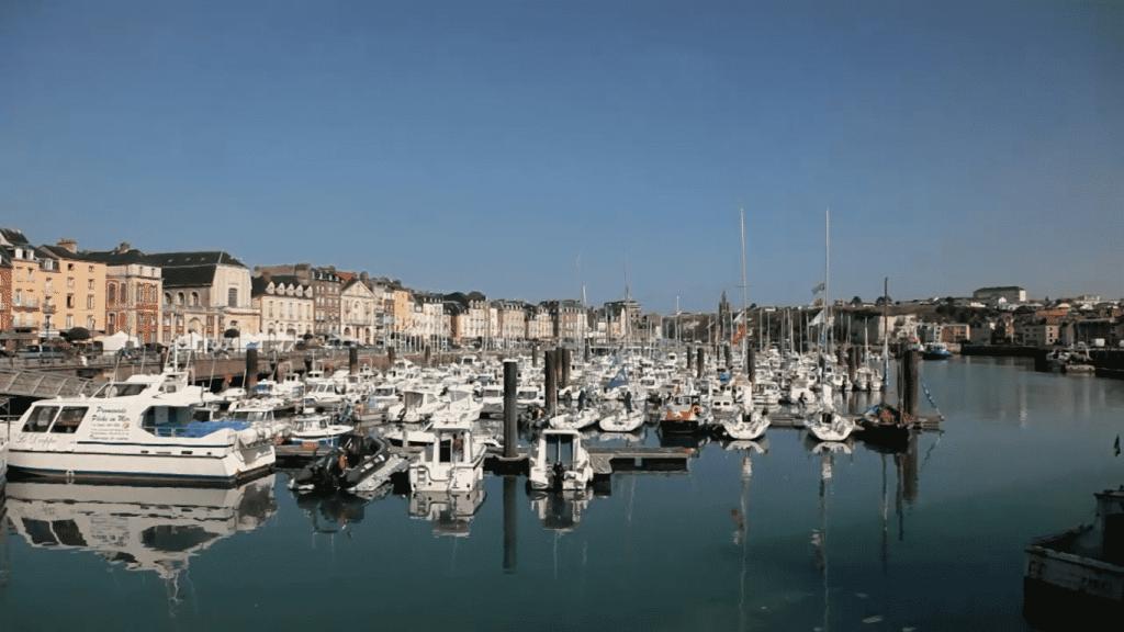 Photo du port de plaisance de Dieppe où se situe l''hôtel des Arcades
