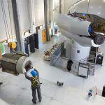 Photo d'un stagiaire de WindLab en pleine maintenance d'une éolienne
