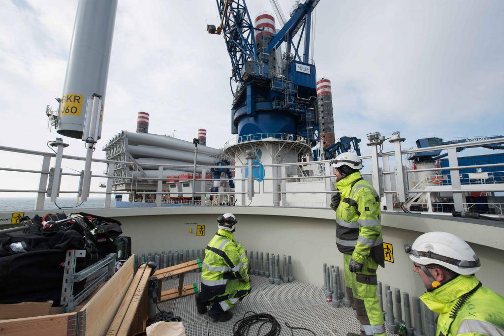 Photo présentant les techniciens en oeuvre de la société Éoliennes en Mer Dieppe Le Tréport