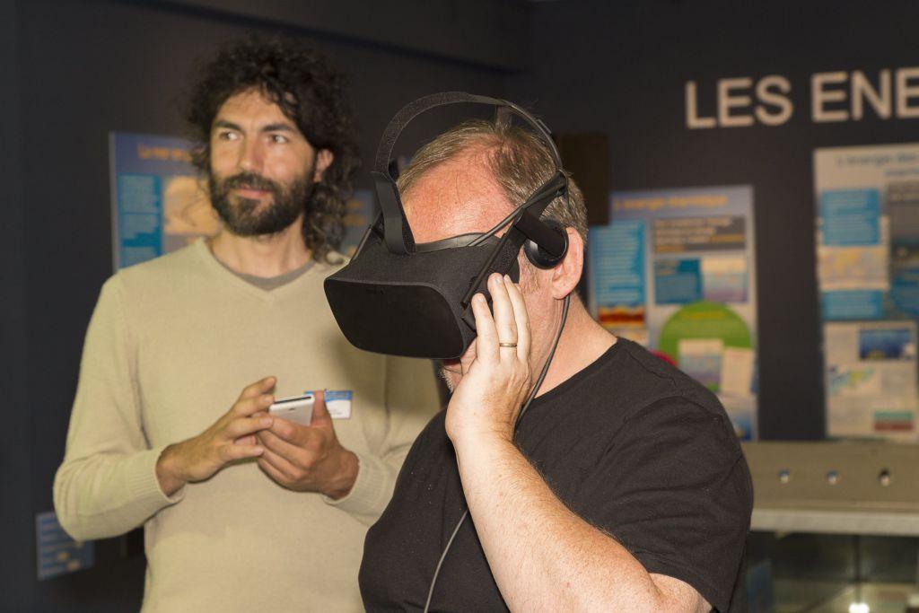 visiteur avec lunettes 3D pris en photo lors de l'exposition de l'ESTRAN