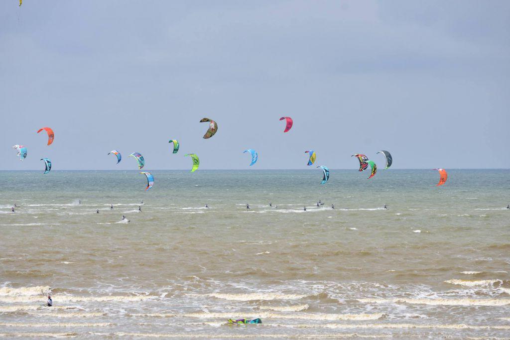 Photo prise lors du Baie de Somme Kite Surf Challenge à Cayeux-sur-Mer auquel a participé la société Eoliennes en Mer Dieppe Le Tréport